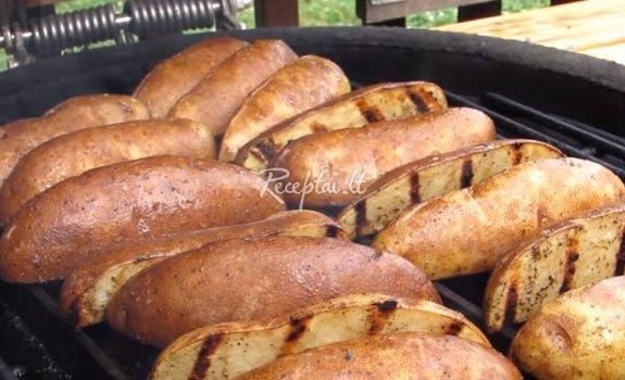 Grilyje keptos bulvės