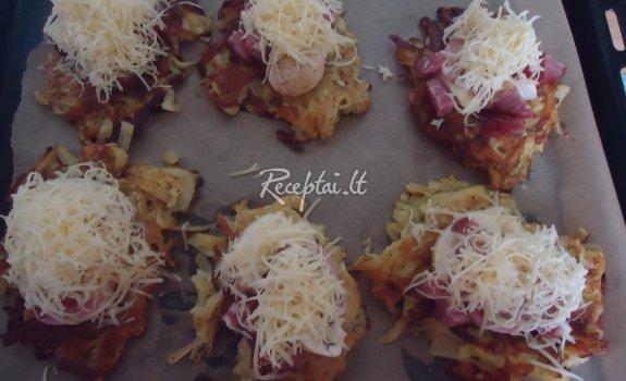 Orkaitėje užkepti bulviniai blynai su pievagrybiais, kumpiu ir sūriu