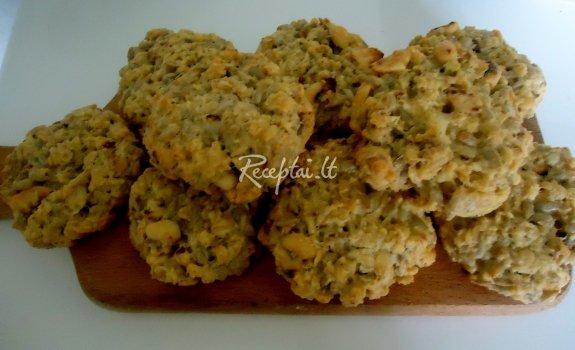 Avižiniai sausainiai su saulėgrąžomis ir riešutais