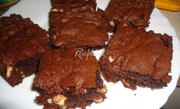 Šokoladinis pyragas su riešutais