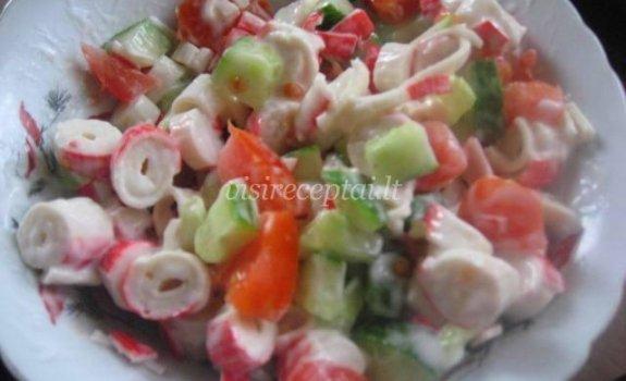Pomidorai ir krabų lazdelės