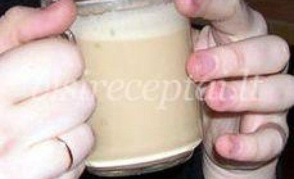 Kavos su pienu gėrimas