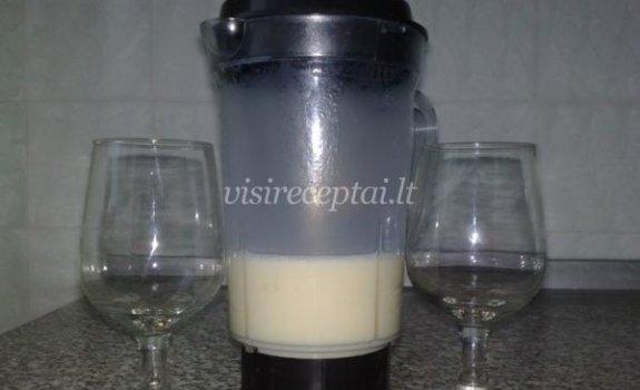 Pieno ir likerio kokteilis