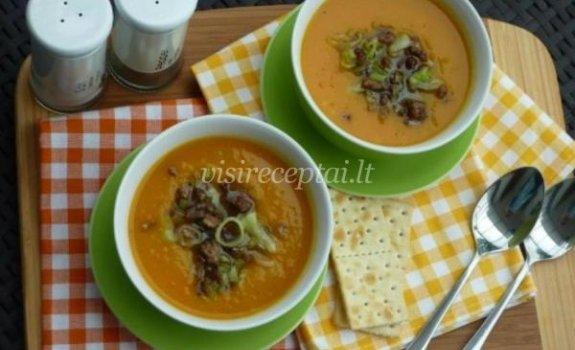 Moliūgų sriuba su kepinta mėsa ir porais