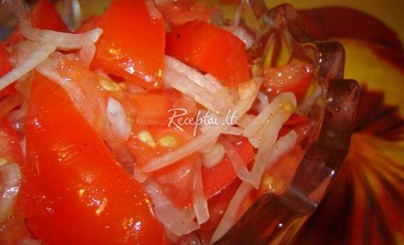 Pomidorų ir dešrelių salotos