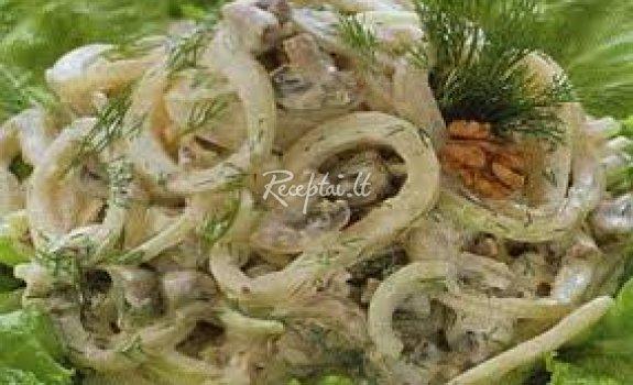 Kalmarų ir graikinių riešutų salotos
