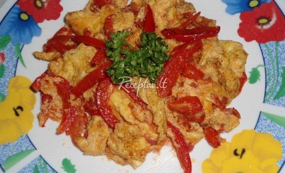 Kiaušinienė su pomidorais ir paprikomis