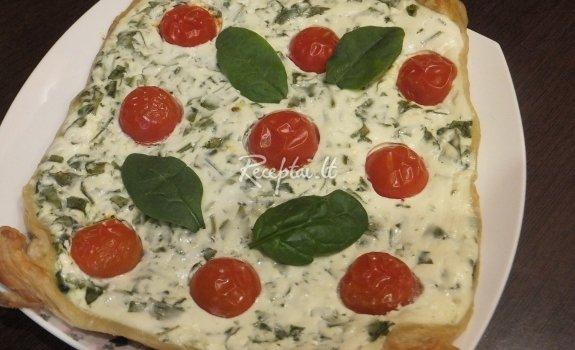 Sluoksniuotos tešlos pyragas su varške, špinatais ir pomidorais