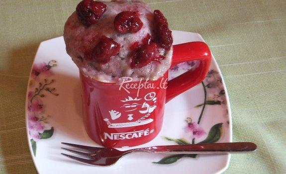 Pyragas su vyšnių uogiene puodelyje
