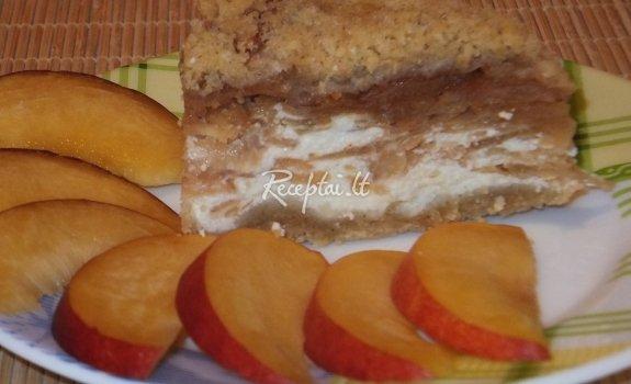 Trupininis pyragas su varške ir nektarinais