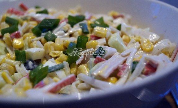 Ryžių makaronų ir krabų lazdelių salotos