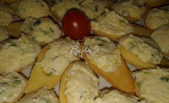 Pikantiškos salotos su svogūnų laiškais ir majonezu