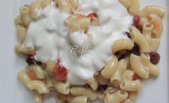 Makaronai su džiovintais vaisiais ir jogurtu